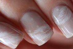dezente Fingernägel-ein schlichtes Design mit Feder-Motiv