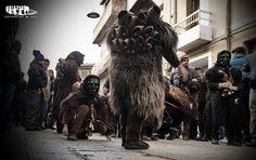 """Mamuthones, Mamoiada. Vestiti di pelli ovine, indossano una maschera nera di legno d'ontano o pero selvatico, dall'espressione sofferente o impassibile; sulla schiena portano """"sa carriga"""", campanacci dal peso di circa 30 kg, legati con cinghie di cuoio, mentre al collo portano delle campanelle più piccole.I """"sonazzos"""" sono dotati di """"limbatthas"""", batacchi costruiti utilizzando le ossa del femore di pecore, capre, asini o altri animali."""