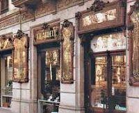Farmacia Vilardell, que ocupa una de las esquinas de la calle Pau Claris con la Gran Vía de les Corts Catalanes, contiene uno de los conjuntos más completos de mobiliario farmacéutico de estilo modernista de Barcelona.