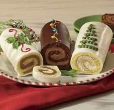 apigalle Yule Log History: Jelly Rolls and Other Rolled Cakes Christmas Cupcakes, Christmas Sweets, Christmas Desserts, Christmas Baking, Christmas Decor, Easy Yule Log Recipe, Homemade Chocolate Buttercream Frosting, Swiss Roll Cakes, Christmas Yule Log