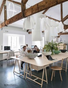 tafel op schragen - zwevende kledingstukken...via Frame magazine