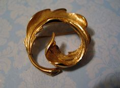 Mid Century Mod Signed MONET Brooch Pin Swirled Frond Gold Plated Fluid Design  #Monet