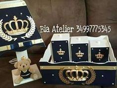 Kit higiene com farmacinha com 3 potes e abajur. Acabamento em tecido azul escuro coroas e ramo. Encomende já o seu. Whatsapp 34997775345 #biaatelier #brasil #mdf #enfeitedeporta #babydecor #artesanato #decorbaby #quartodebebe #quartodemenino #coroadourada #coroa #abajur #bebeabordo
