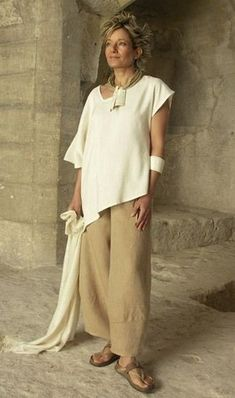 Originals silk clothes: Top made of raw silk natural color beige linen pants Boho Fashion, Fashion Outfits, Womens Fashion, Fashion Design, Pantalon Large, Bohemian Mode, Fashion Over 50, Look Chic, Casual Chic