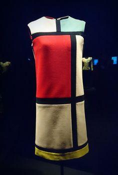 Robe Mondrian, Yves Saint Laurent Haute couture automne /hiver 1965/66. Musée Yves Saint Laurent, 5,Avenue Marceau ( Novembre 2017).  Photographie personnelle.