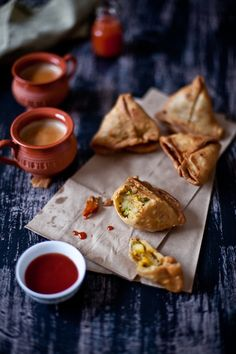 Cooking samosas in Recipe for Potatoes and Peas Samosa. Samosas, Empanadas, Tapas, Fingers Food, Comida India, Tea Time Snacks, Lunch Snacks, Desi Food, Indian Dishes