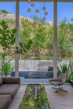 Celebrity home: California mansion of Meryl Streep, since then sold to Alex Rodriguez. Like how the outside greenery is reflected on the coffee table. Meryl Streep House, American Mansions, Outdoor Spaces, Outdoor Decor, Los Angeles Homes, Celebrity Houses, California Homes, Midcentury Modern, House Tours
