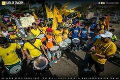 Marchando para Jesús  Con tambores, carteles, banderas;  en Santa Cruz de la sierra-Bolivia
