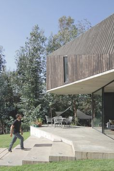Image 4 of 25 from gallery of La Reina House / Gonzalo Iturriaga Atala + Catalina Gómez Beck. Photograph by Pablo Casals Aguirre Facade Architecture, Residential Architecture, Cladding Materials, Timber Roof, Wood Facade, Concrete Structure, Tropical Style, Outdoor Spaces, Interior And Exterior