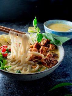 Malesialainen tofulaksa (V, GF) – Viimeistä murua myöten Laksa, Tofu, Wine Recipes, Vegetarian Recipes, Spaghetti, Vegan, Cooking, Ethnic Recipes, Kitchen