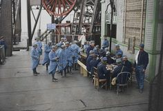 French soldiers enjoying a meal at the Eiffel Tower in June 1915 [[MORE]] Colourised by Frédéric Duriez Tour Eiffel, Paris Eiffel Tower, World War One, First World, Paris Seine, London Underground Stations, Operation Market Garden, World Conflicts, Photographs And Memories