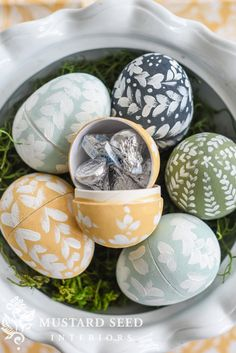 After making the Pysanky eggs last week, I thought it would be fun to break out the MMS Milk Paint and make some more eggs! I selected a color palette of Mustard Seed Yellow, a custom green (2 parts Boxwood + 1 1/2 parts Lucketts Green), a custom pale blue (2 parts Eulalie's Sky + 1 part Linen), and Artissimo. ... Read More