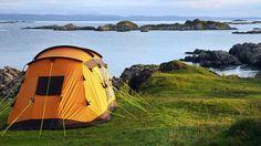 Tente de camping sur le bord de la mer.