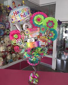 Un dulce detalle para celebrar Candy Gift Baskets, Candy Gifts, Jar Gifts, Lollipop Birthday, Birthday Box, Birthday Gifts, Balloon Box, Balloon Bouquet, Candy Bar Bouquet