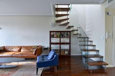 מדרגות עץ מרחפות בשילוב מעקה לוחות זכוכית