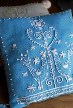 鳥の柄のスウェーデン刺繍のクッション〈ウール/ブルー〉
