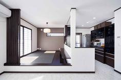 1階は対面キッチンと小上がりの畳コーナーのある広いLDK。一部天井を折り上げ天井にして間接照明をプラス☆Iさんのお住まい夫婦+子供2人敷地面積/108.85㎡(32.9坪)延床面積/138.45㎡(41.5坪)リビングを広く使うため、ダイニ Japanese Home Design, Japanese House, Minimalist House Design, Minimalist Home, Country Interior, Kitchen Interior, Tatami Room, Interior Architecture, Interior Design