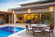 Piscina revestida com dois tons de pastilhas, a mesa em madeira, alumínio e vidro é puro charme My Pool, Swimming Pools Backyard, Exterior Design, Interior And Exterior, Backyard Pool Designs, Weekend House, Modern Pools, Small Pools, Modern Spaces