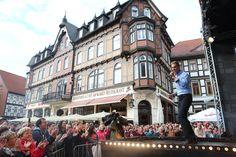 Ein tolles Bühnenprogramm mit bekannten Künstlern lockte tausende Besucher auf den Marktplatz in der Innenstadt. (Foto: Matthias Bein)