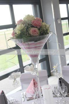 centre de table vase martini rose gypsophile couleur rose pale et gris Decoration Evenementielle, Table Decorations, Vase, Flower Centerpieces, Rose Pale, Tableware, Flowers, Tables, Wedding Ideas