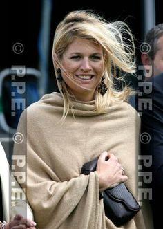 Pulsar en la imagen para verla a tamaño completo. Queen Of Netherlands, Dutch Royalty, Three Daughters, Queen Maxima, Royals, Fashion Beauty, Pulsar, Couture, Stylish