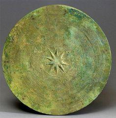 TAMBOUR DONG SON, 3°-1° SIÈCLE BCE Bronze à patine archéologique. H. 30