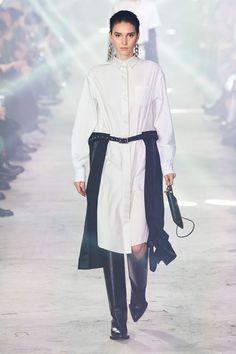 Sacai Fall 2020 Ready-to-Wear Fashion Show - Vogue 2020 Fashion Trends, Fashion Brands, Fashion Designers, Vogue Paris, Paris Fashion, Runway Fashion, Vogue Russia, Fashion Show Collection, Womens Fashion