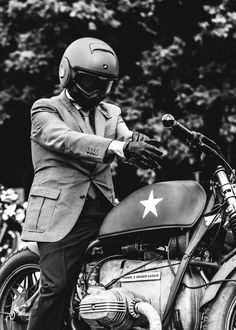 DISTINGUISHED GENTLEMAN'S RIDE 2014 - Shark Raw and a Suit.