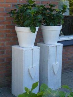 Dit is echt een geweldig idee: overgebleven planken en een dosis creativiteit en zo heeft Bertina een fantastische zuil gemaakt voor deze bloembakken. Ook heel mooi om er een plantenbak in een kleurtje op te zetten zoals de EASY. Of een mmoie plantenschaal, zoals de CEFEO of FRECCIA, alledrie nieuwe plantenbakken in het assortiment van http://terras-pot.nl