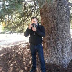 """Por Segio Novelli. Él es Oliver Herrera, Ingeniero de Sistemas, trabajó por 10 años en empresas petroleras. Luego se dedicó a su pasión, la Fotografía. Se graduó años más tarde en el New York Institute of Photography. Tiene 7 meses en Santiago de Chile junto a su esposa y su hija, donde se ha dedicado de lleno a su pasión, realizando fotografías de bodas y mujeres embarazadas.  Es otro venezolano """"echao pa'lante"""" Otro venezolano de los buenos. #HistoriasDeEmigrantes 🇻🇪…"""