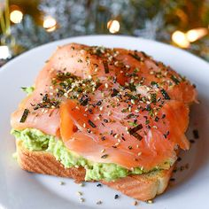 Taco salmon on avocado toast You are the avo to my toast - Silky Smoked Salmon with chunky avocado on a perfectly toasted Texas Toast topped with Furikake for a quick breakfast. Think Food, I Love Food, Healthy Snacks, Healthy Eating, Healthy Recipes, Avocado Recipes, Smoked Salmon Recipes, Avocado Toast, Salmon Avocado