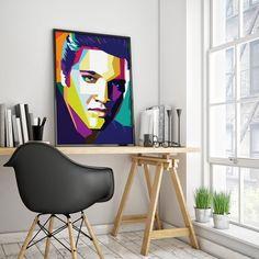 Elvis Aaron Presley var en amerikansk sanger og skuespiller. Han regnes som den første underholdningsartisten som i kommersiell skala kombinerte vestlig ungdomsopprør med populærkultur. Med tilnavnet King of rock and roll eller kun The King anses han som arketypen på en popstjerne. Det er beregnet at Elvis Presley har solgt nærmere to milliarder plater verden over og han er følgelig i særklasse tidenes mest solgte plateartist!  #2019no #ViHylller #Interiør #Norskinteriør #Veggpynt #Plakat…