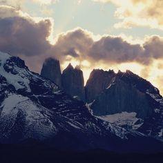 Torres del Paine com pôr do sol e nuvens criando um clima é covardia né?  . . . #chile #VisitChile #Chiletravelrepost #torresdelpaine #patagonia #UNESCO #mountains #clouds #sunset #pordosol #montanhas #nuvens #natureza #nature #naturephotography #travel #travelblogger #travelgram #travelphotography #instatravel #wanderlust #travelblog #traveltheworld #travelpics #travelphoto#viagem #turismo #dicasdeviagem#blogdeviagem #ferias