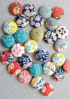 up your fun and funky fabric scraps with this fun and simple DIY Scrap Magnet project!Use up your fun and funky fabric scraps with this fun and simple DIY Scrap Magnet project! Scrap Fabric Projects, Fabric Scraps, Sewing Projects, Craft Projects, Craft Ideas, Fabric Remnants, Sewing Hacks, Sewing Crafts, Sewing Tutorials