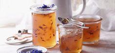 Rhabarber- und Zitronensaft mit SteviaGelierzucker zum Kochen bringen und 4 Minutensprudelnd kochen lassen. Blüten nach 2 Minuten Kochzeit hinzufügen. Nach erfolgreicherGelierprobe das Gelee sofort in die vorbereiteten Gläser füllen und gut verschließen.