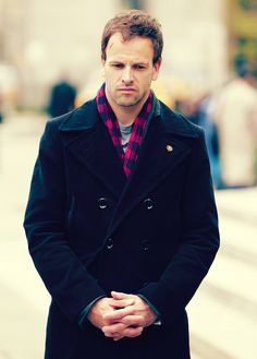 Ugh... I love the plaid and coat combo. Ugh, what a wonderful Sherlock Jonny makes.