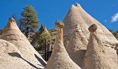 Batu tenda Kasha-Katuwe di Meksiko terbentuk sekitar tujuh juta tahun lalu sebagai tumpukan debu dari awan panas gunung berapi. Dengan tempaan erosi dan juga cuaca bertahun-tahun lamanya, maka terbentuklah formasi bebatuan yang menarik dan indah. Batu-batu yang dianggap penduduk sekitarnya sebagai batu \kemaluan\ ini lantas diberi nama resmi Kasha Katuwe yang berarti \tebing putih\. Batuan ini pun punya ukuran yang beragam dari yang tingginya beberapa meter sampai puluhan.