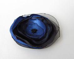 Anstecker Brosche Satin-Organza-Blüte schwarz-blau von soschoen auf DaWanda.com