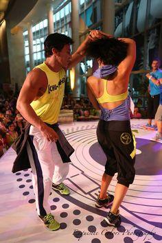 Zumba é um programa fitness com música que envolve coreografias rápidas, lentas e exercícios de resistência. Uma classe de Zumba tem a duração de 1 hora.