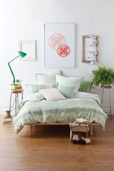Interior Design Bright and beautiful art wall! Home Design Inspiration For Your Dining Room - Home Decor Bedroom Green, Home Bedroom, Bedroom Decor, Light Bedroom, Bedroom Colors, Beautiful Interior Design, Home Interior Design, Simple Interior, Home Design