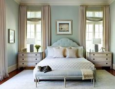 Beautiful bedrooms: arranging pillows on a bed