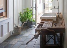 Interieur inspiratie   Een oude werkbank in het interieur. Ik hou zo van stoere en robuuste elementen in interieur.…