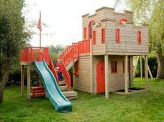 cabane de jardin pour enfant à deux niveaux avec un toboggan