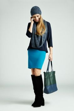 Czapka, otulacz, bluzka, spódnica, buty i torba utrzymane w jednej gamie kolorystycznej błękitów szarości i czerni - oto przepis na sukces stylizacji!  #QSQ #fashion #inspirations #outfit #ootd #look #fall #autumn #navy #cyan #casual #work #elegance #formal #formalwear #skirt #minimal #feminine