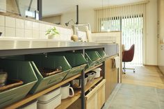 <p>キッチン下部はオープン棚。市販の収納アイテムを使った整頓術が見事です。</p>