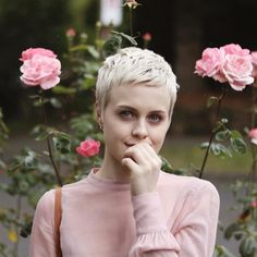 How to style the Pixie cut? Despite what we think of short cuts , it is possible to play with his hair and to style his Pixie cut as he pleases. Short Curly Pixie, Short Pixie Haircuts, Pixie Hairstyles, Bride Hairstyles, Pixie Cut, Short Hair Cuts, Short Hair Styles, Korean Hairstyles, Elegant Hairstyles