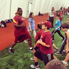 "#Redskins NT Chris ""Swaggy"" Baker shows PLAY 60 kids proper stretching form."
