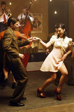 A lot of white dancers started dancing what they called the Jitterbug around the Second World War. The Jitterbug was just a nickname for the Lindy Hop. Lindy Hop, Lets Dance, Shall We Dance, Swing Dancing, Swing Dance Moves, Tango, Bailar Swing, Poses, Mode Editorials