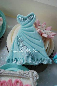 Disney Frozen Cupcakes Disney Frozen Cupcakes, Frozen Favors, Disney Frozen Party, Disney Cakes, Frozen Cake, Frozen Birthday Party, Fancy Cookies, Royal Icing Cookies, Cupcake Cookies