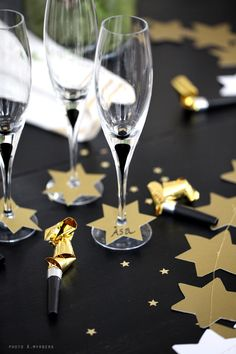 120 DIY New Years Eve Party Decorations that'll Earn you Brownie Points - Hike n Dip - - Make your New Year's Eve decoration earn Brownie points with these awesome New Years Eve Party Decorations. You'll love these NYE Party decoration ideas. New Years Eve Day, New Years Party, Deco Nouvel An, Tapetes Vintage, Gold Table Runners, New Year Table, Navidad Diy, Nye Party, New Years Decorations